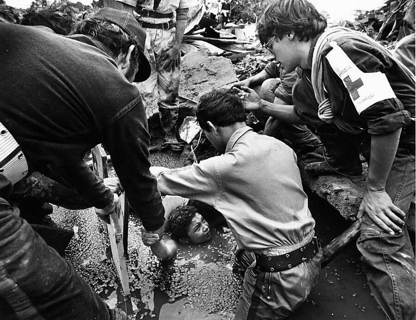 Brīvprātīgie glābēji no... Autors: Fosilija Omaira Sančesa - meitene, kura drosmīgi stājās pretī nāvei. Armero traģēdija