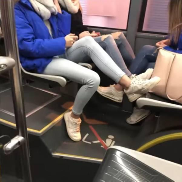 Autobusa pieturā stāv divi... Autors: Fosilija Joku asorti jeb veselīga smieklu deva jautrākai dienai (29.08.2020)