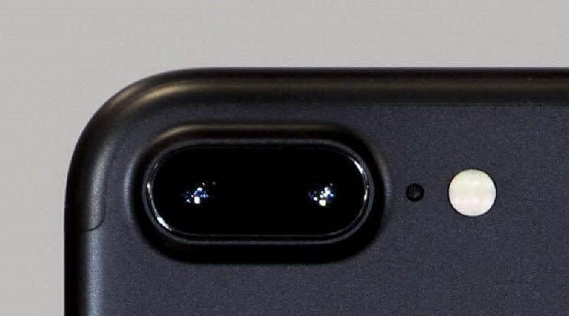 Caurums uz mobilā blakus... Autors: Lestets 18 ikdienas priekšmeti, kuriem ir slepena funkcionalitāte