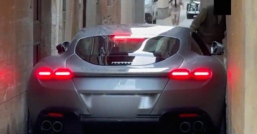 2020gada vasarā pārdoscaronanā... Autors: matilde Ferrari vadītājs nonāk neapskaužamā situācijā, kad viņa auto iesprūst starp ēkām